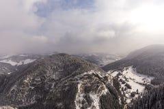 Взгляд от горы Suhardul Mic touris озера Lacul Rosu красных стоковые изображения rf