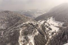 Взгляд от горы Suhardul Mic touris Lacul Rosu прибегает с стоковые изображения