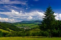 Взгляд от гор к маленькому городу Стоковое Фото