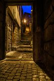 Взгляд от двери к лестницы в старом городке камня деревни стоковая фотография