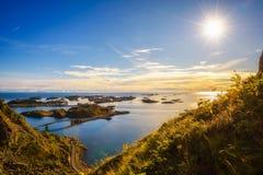 Взгляд от держателя Festvagtind над деревней Henningsvaer, Норвегии Стоковые Фото
