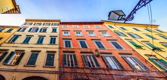 Взгляд от дна на старинных зданиях в городе Пизы стоковая фотография rf