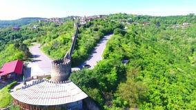 Взгляд от древней крепости на Sighnaghi, Грузии Взгляд сверху ландшафта города и гор _ видеоматериал