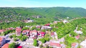 Взгляд от древней крепости на Sighnaghi, Грузии Взгляд сверху ландшафта города и гор _ акции видеоматериалы