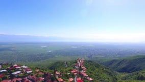 Взгляд от древней крепости на Sighnaghi, Грузии Взгляд сверху ландшафта города и гор _ сток-видео