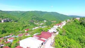 Взгляд от древней крепости на Sighnaghi, Georgia Взгляд сверху ландшафта города и гор _ видеоматериал