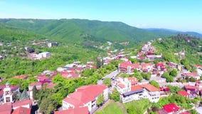 Взгляд от древней крепости на Sighnaghi, Georgia Взгляд сверху ландшафта города и гор _ акции видеоматериалы