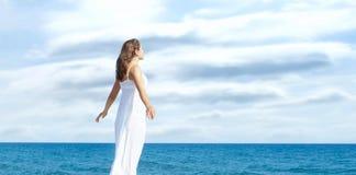 Взгляд от задней части красивой и здоровой девушки на деревянной пристани Каникулы, курорт и путешествовать Стоковое Изображение RF