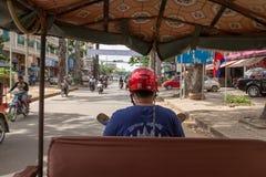 Взгляд от задней части tuk tuk по мере того как оно соткет через оживленные улицы Siem Reap, Камбоджи стоковые изображения