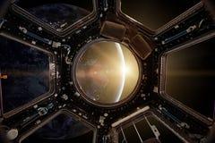 Взгляд от иллюминатора космической станции на предпосылке земли Стоковые Изображения RF