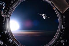 Взгляд от иллюминатора космической станции на предпосылке земли e Стоковое Изображение