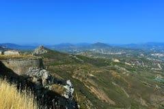 Взгляд от крепости Agrocorinth к Коринфу и горам стоковое изображение