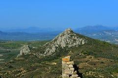 Взгляд от крепости Agrocorinth к Коринфу и горам стоковое фото