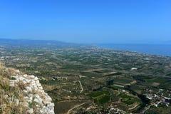 Взгляд от крепости Agrocorinth к Коринфу стоковые фотографии rf