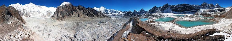 Взгляд от лагеря Cho Oyu низкопробного к леднику gyazumba и держателю Cho Oyu Стоковые Изображения RF