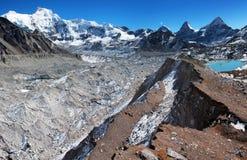 Взгляд от лагеря Cho Oyu низкопробного к леднику ngozubma и gyazumba Стоковое Изображение
