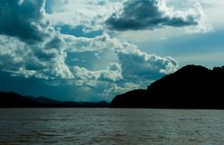 Взгляд от моря, видит горы стоковое фото rf