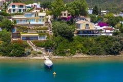 Взгляд от моря к маленькому городу в шлюпках Balearis небольших, причаленных, шлюпках и яхтах, Испании Стоковое Изображение