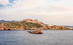 Взгляд от моря старого Ibiza и фальшборта который окружает его стоковые изображения
