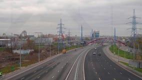 Взгляд от моста дороги большого города при автомобили двигая дальше его акции видеоматериалы