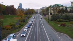 Взгляд от моста на занятом движении на шоссе то водит к центру города, timelapse видеоматериал
