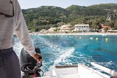 Взгляд от моторки к волнам лазурного моря стоковая фотография rf