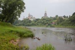 Взгляд от набережной Torzhok к монастырю Borisoglebsky Стоковые Изображения RF