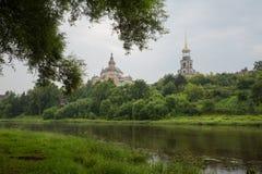 Взгляд от набережной Torzhok к монастырю Borisoglebsky Стоковое Изображение