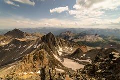 Взгляд от на Mt Уилсон после завершать траверзу Уилсона горы colorado утесистые стоковое изображение