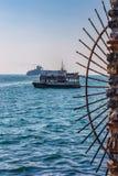 Взгляд от обваловки на кораблях стоя в рейде в Стамбуле, Турции стоковая фотография rf