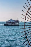 Взгляд от обваловки на кораблях стоя в рейде в Стамбуле, Турции стоковое фото