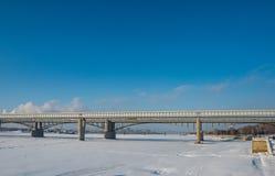Взгляд от обваловки Оби на мосте метро в Новосибирске, России стоковое фото rf