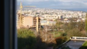 Взгляд от окна к городу видеоматериал