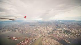 Взгляд от окна самолета к городу Манилы philippines стоковые изображения rf