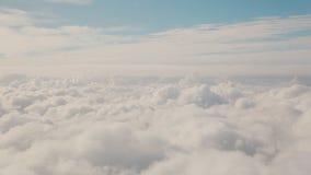 Взгляд от окна самолета к облакам нежного цвета акции видеоматериалы