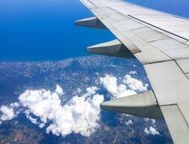 Взгляд от окна ` s самолета стоковые фотографии rf