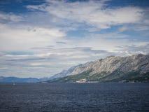 Взгляд от острова Hvar на Makarska riviera, Хорватии стоковая фотография rf