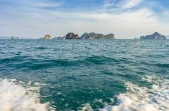 Взгляд от открытого океана на тропических островах со скалами и горами в воде в Таиланде стоковые изображения