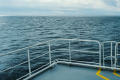 Взгляд от палубы корабля на море или плавания через спокойный океан Стоковая Фотография RF
