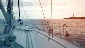 Взгляд от палубы яхты, которая стоит около побережья с маяком Канарские острова tenerife видеоматериал