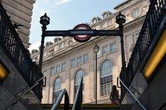 Взгляд от подполья вверх к историческому зданию в Лондоне, Великобритании Стоковое Изображение RF