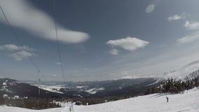 Взгляд от подъема лыжи кудели веревочки на лыжный курорт, почти верхний, взгляд POV сток-видео
