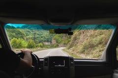 Взгляд от пригородного автобуса к дороге горы стоковые фотографии rf