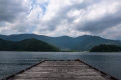 Взгляд от пристани на береге озера озера Kawaguchi Стоковая Фотография