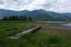 Взгляд от пристани на береге озера озера Kawaguchi Стоковое Изображение RF