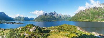 Взгляд от пункта просмотра в зоне отдыха Austnesfjorden, Lofoten, Норвегии Стоковое Изображение RF