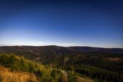 Взгляд от резервуара strane Dlouhe верхнего к зеленой долине и Praded на заднем плане с темно-синим небом стоковое фото