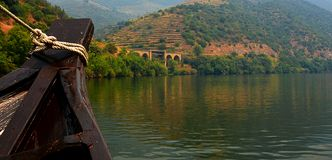 Взгляд от реки Дуэро к vilage Pinhao Португалия стоковые изображения rf