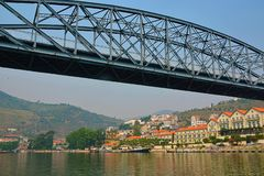 Взгляд от реки Дуэро к vilage Pinhao Португалия стоковые фотографии rf