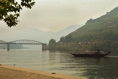 Взгляд от реки Дуэро к vilage Pinhao Португалия стоковое изображение rf